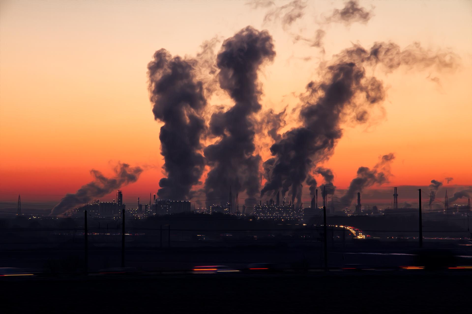Industrierauchwolken steigen in den Himmel.