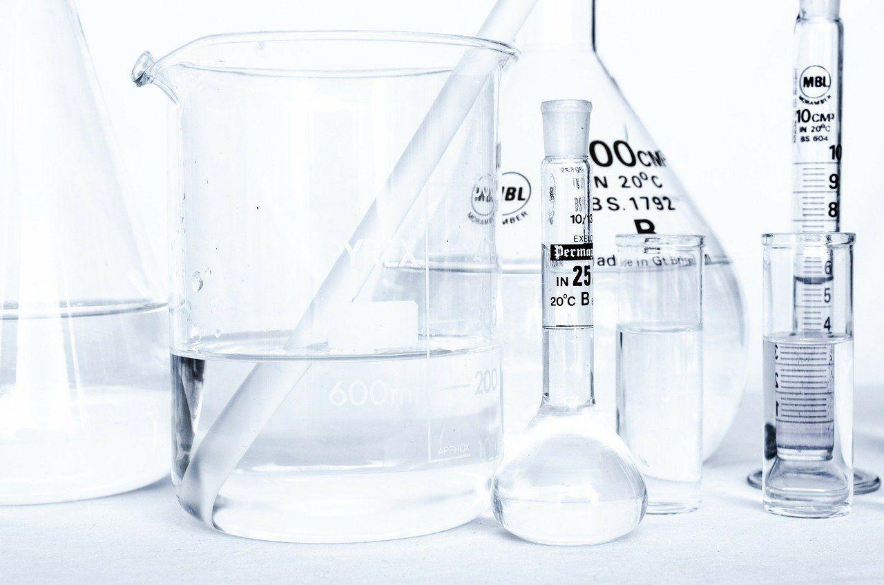 Mehrere Laborgefäße sind mit einer klaren Flüssigkeit gefüllt.
