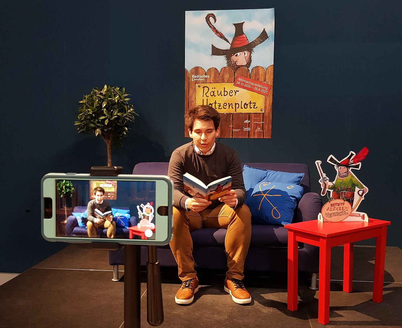 Alexander Salomon beim Vorlesen auf der Couch.